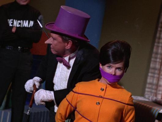 Batgirl entre, le Pingouin sort